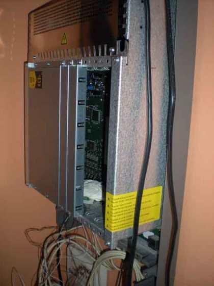 Foto 2. Imagen de la centralita sin la tapa que la cubre. La rata tenía su escondrijo dentro del chasis metálico donde están las placas integradas./ Desinsectador 07-01-2013