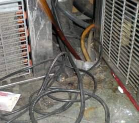 Foto 2. Debajo de la barra se encuentran los motores del tirador de cerveza y refrescos./ Desinsectador 14-02-2013
