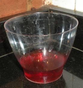 Foto 3. Imgen de un vaso de plástico con vinagre y una gotita de jabón./ Desinsectador 14-02-2013
