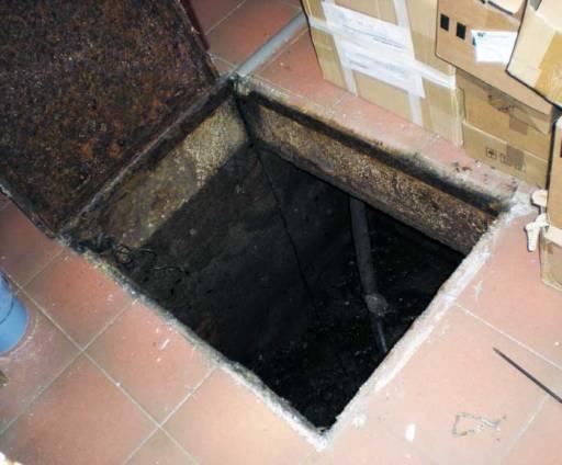 Foto 1. Abertura de una fosa séptica en el sótano de un hotel del centro de Barcelona./ Desinsectador abril-2013