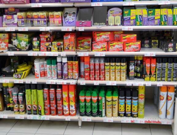 Foto 1. Imagen de las estanterías dedicadas a productos insecticidas de ámbito doméstico en una gran superficie comercial./ 25-05-2013