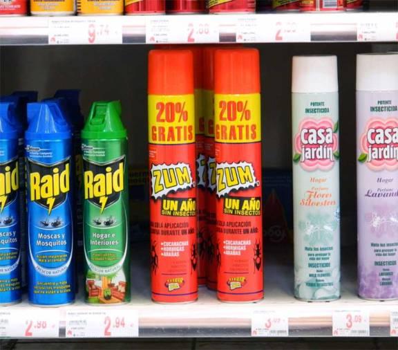 Foto 2. Envases de la laca insecticida Zum en un lineal de una gran superficie junto a otros aerosoles./ Desinsectador 2505-2013