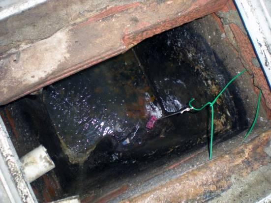 Foto 2. Interior del registro. Se puede ver los hilos que sujetan el raticida cogidos de una percha./ Desinsectador junio-2013