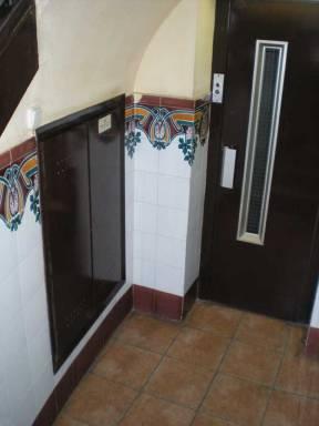 Foto 1. El armario de los contadores del gas está debajo de las escaleras de la finca, justo al lado del ascensor./ Desinsectador 09-07-2013.