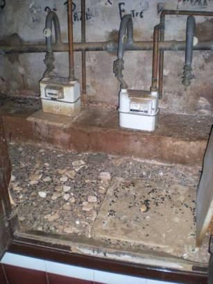 Foto 2. Interior de armario de contadores de gas./ Desinsectador 09-07-2013