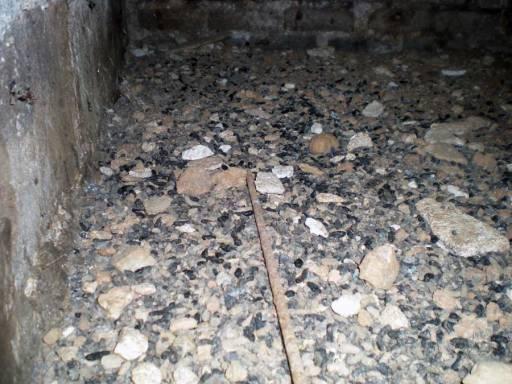 Foto 3. Imagen del suelo del armario de contadores de gas./ Desinsectador 09-07-2013