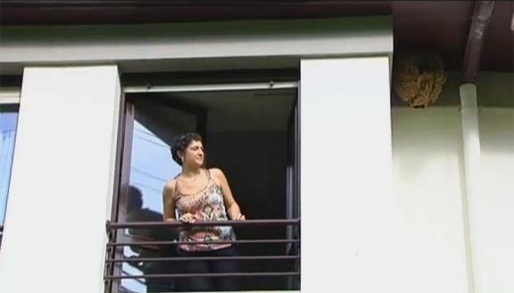 Foto 1. Imagen de una de las personas afectadas por el nido de avispa oriental instalado en la fachada del edificio./ La Vanguardia 04-10-2013