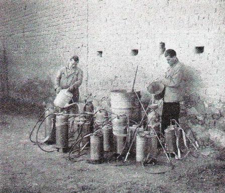 Foto 2. Carga de los pulverizadores, página 44.