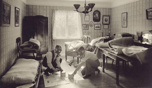 Foto 2. Antigua fotografía de los fundadores de Anticimex aplicando gas cianhídrico a partir de Zyklon B./ Anticimex